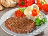 Хайдушка плескавица от говежда и свинска кайма, кашкавал и бекон на скара или грил тиган